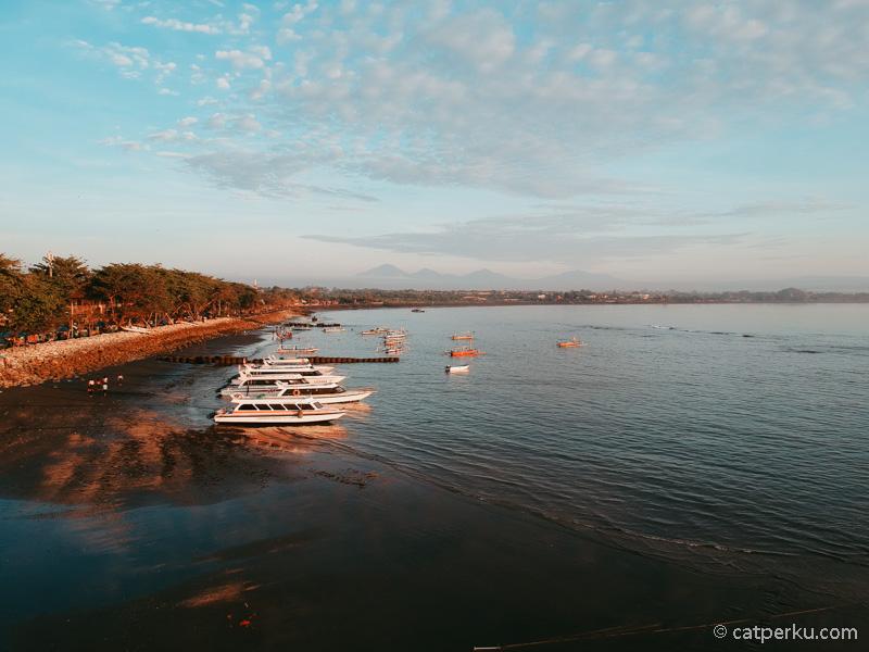 Pantai Sanur adalah tempat yang asik untuk menikmati suasana sunrise di Bali