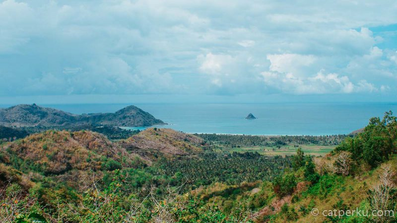 Pantai Selong Belanak Beach dilihat dari bukit yang berada tak jauh dari tempatnya berada.