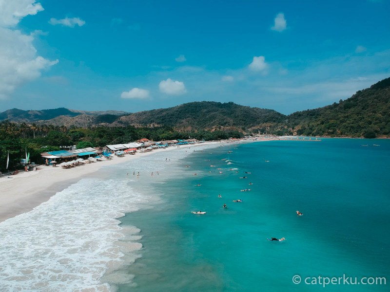Pantai Selong Belanak Beach juga terlihat indah dari udara. Yakin nggak mau main ke pantai di Lombok yang ini?