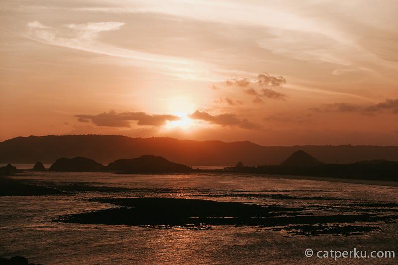 Pemandangan sunset di Bukit Merese yang lokasinya nggak jauh dari Pantai Tanjung Aan Beach.