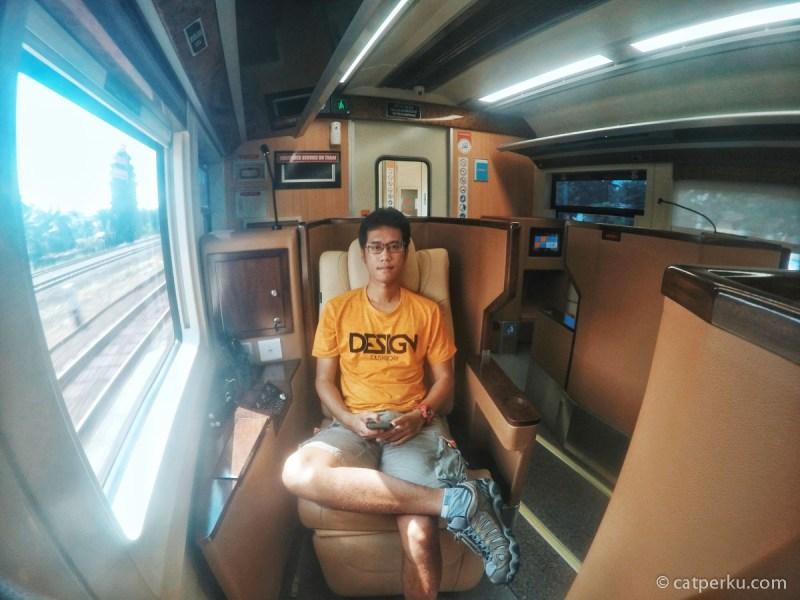Katanya ini kereta api termewah di Indonesia! Benarkan kereta ini super mewah seperti yang diberitakan!? Temukan jawabannya dengan membaca review kereta sleeper mewah pertama Indonesia ini.