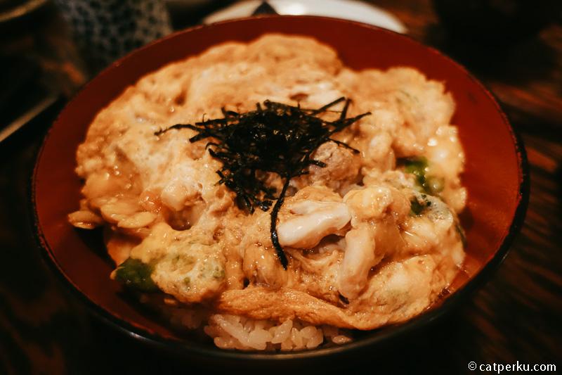 Salah satu menu Hinai Chicken dengan telur.
