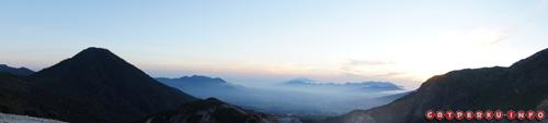Pemandangan Kota Garut yang berada di tengah - tengah rantai pegunungan. Disekitarnya ada Gunung Guntur, Gunung Cikuray dan Gunung Papandayan tempat saya mengambil foto ini.