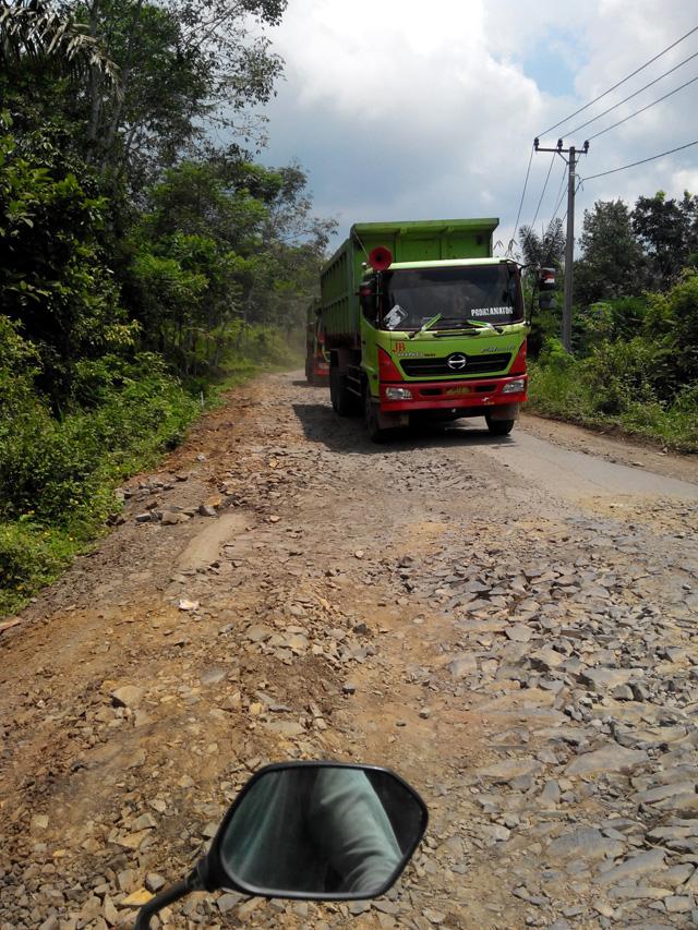 Sudah jalurnya rusak, yang lewat kendaraan gede seperti ini (Jalur Bayah - Padeglang)