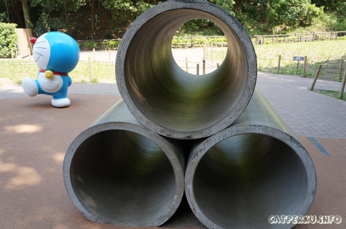 Eeeeh! Ada tiga pipa besar dan Doraemon lagi ada disebelahnya? Hemmm...