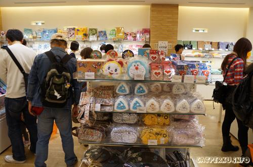Selain bantal, ada banyak sekali barang lucu yang bisa di beli disini. Mulai dari kaos yang bermotif karakter - karakter lucu ciptaan komikus fujiko - fujio, hingga komik edisi spesial yang cuma ada di souvenir store Museum Doraemon.
