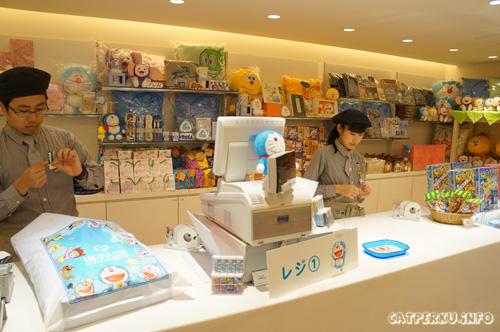 Jeng Jeeeng! Saya selesai berbelanja, dan siap mengikhlaskan 5000 yen kepada kasir toko souvenir museum *hiks lima ribu yen ku*
