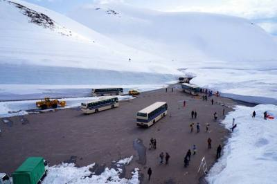 Yak! Bagian paling menarik dari Tateyama Kurobe Alpine Route, Murodo! Salju tebal ada dimana - mana dong!