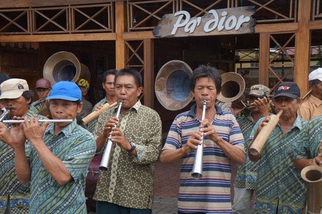 Bapak - bapak ini memainkan musiknya dengan bagus! Mereka memainkan beberapa musik dengan penuh semangat.