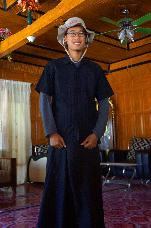 Ini bukan foto kepala Suku Kajang, tetapi saya yang sedang berpakaian ala Suku Kajang. Semua serba hitam dan gelap!