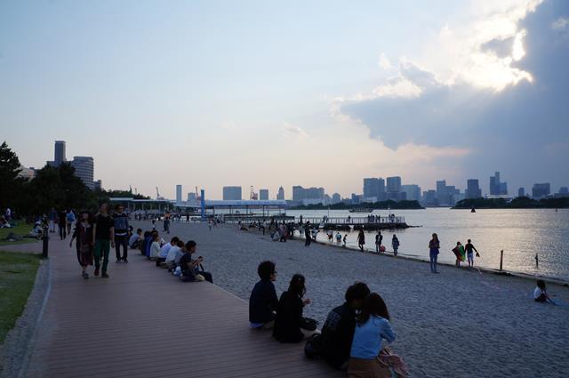 Meskipun pantai di Odaiba tidak sebiru di Indonesia, tempatnya menyenangkan untuk bersantai menikmati hari.