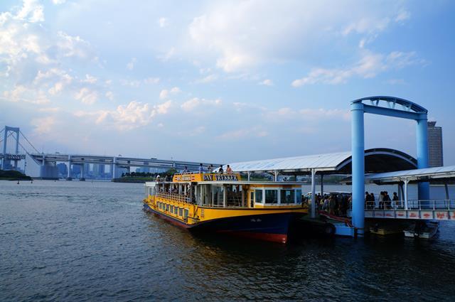 Pergi ke Odaiba bisa menggunakan perahu seperti ini ya.