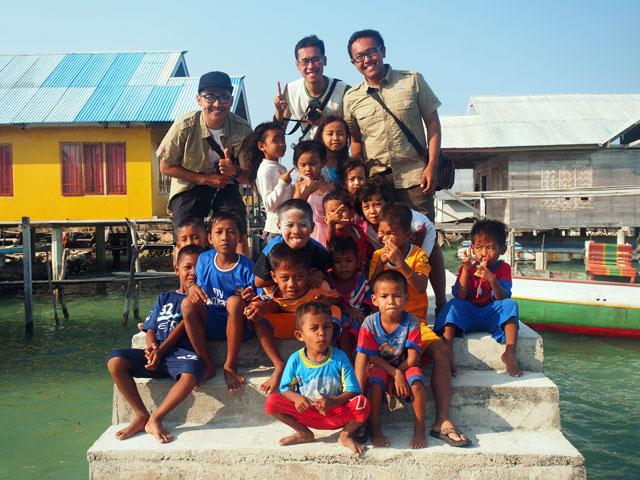 Saya dan wira lagi di Sulawesi, mengunjungi salah satu perkampungan Suku Bajo.