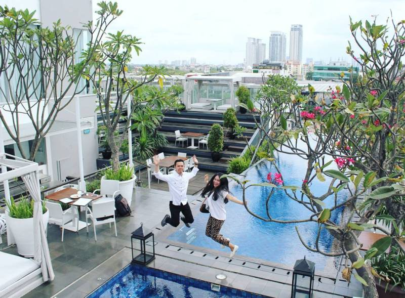 The Edge, Kemang Rooftop Bar Icon Building 5th Floor via @bellaayuuk