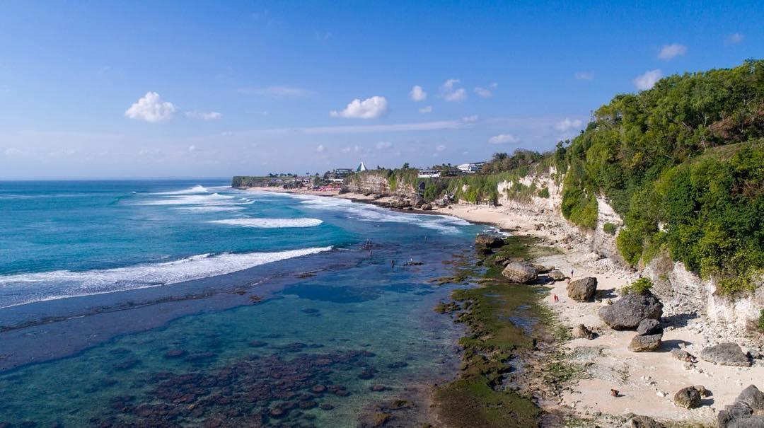 Bingin Beach Uluwatu is located near Dreamland Beac. Even on low tide, you can walk to Dreamland Beach. @baliretreats