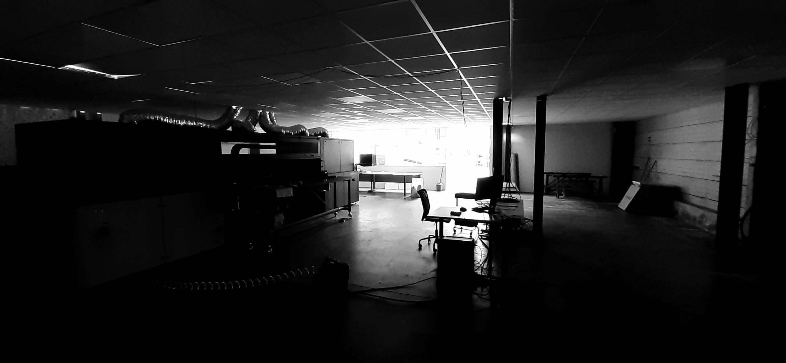 Photo noir et blanc du chantier d'installation de l'atelier 2