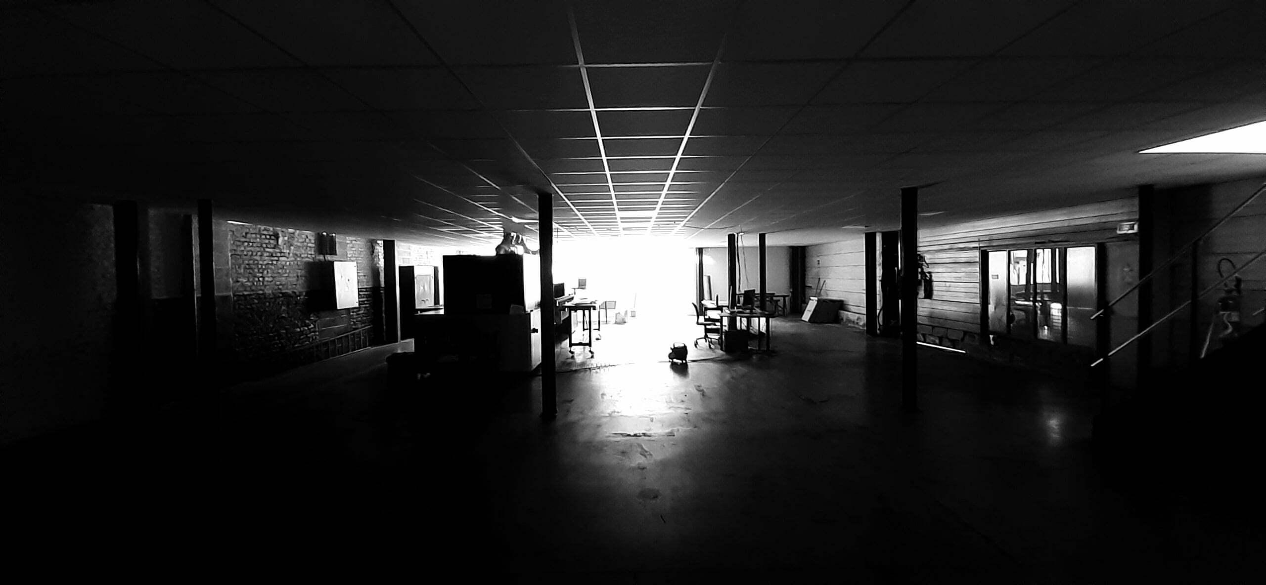 Photo noir et blanc du chantier d'installation de l'atelier
