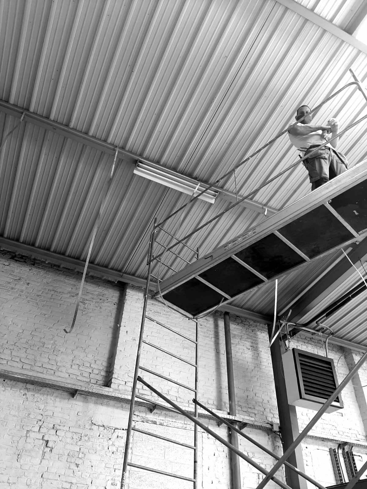 photo noir et blanc de l'installation des machines
