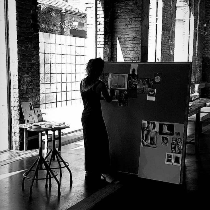 Charlotte travaillant sur un projet artistique