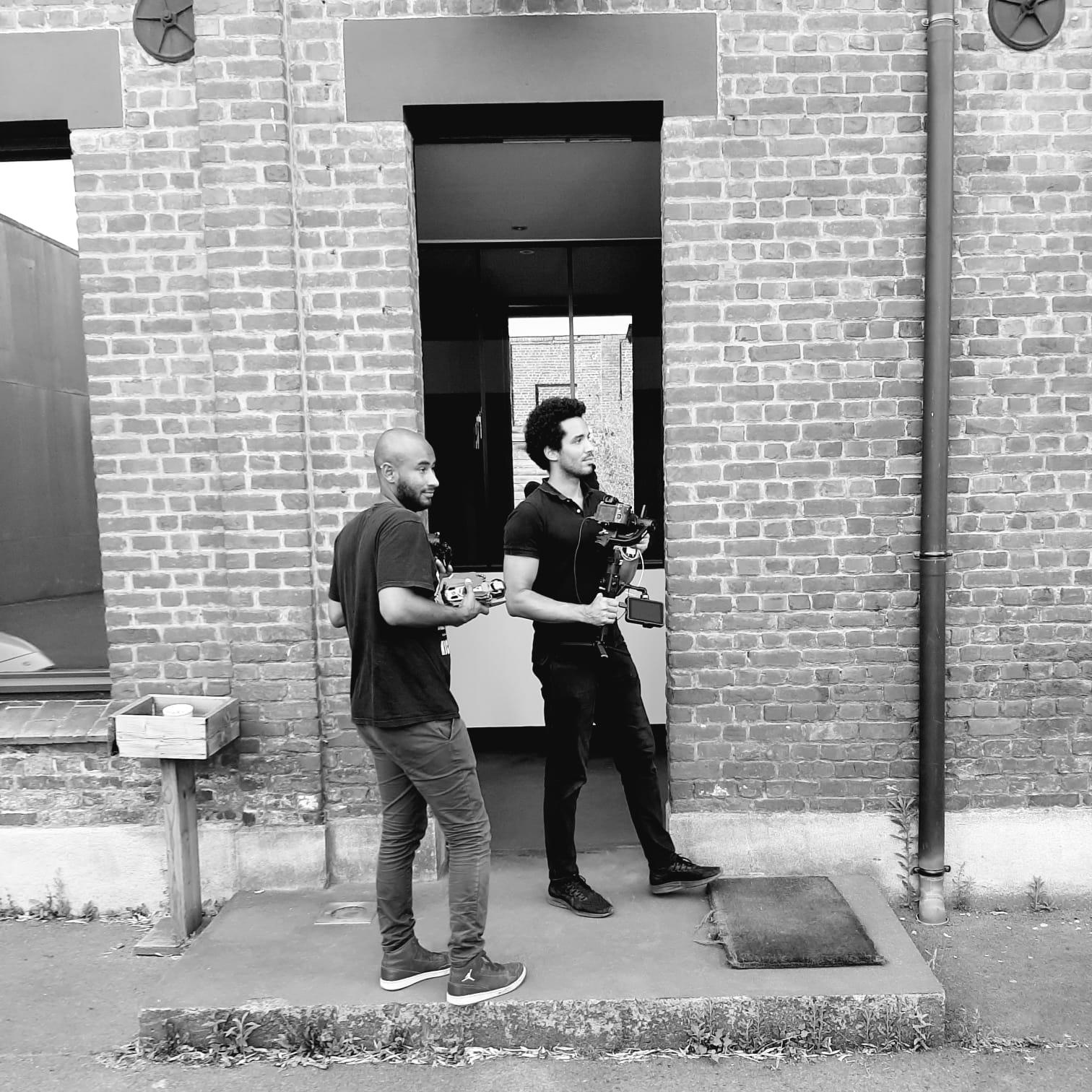 2 hommes avec du matériel de tournage