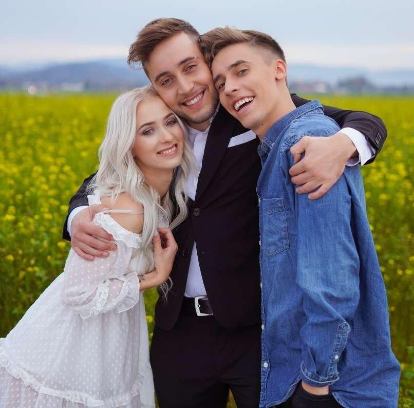 Priljubljeni slovenski pevec Anej Piletič (BQL) bo čez dober mesec dahnil usodni da svojo srčni izbranki Izi Hrastnik Fink. Anejev brat in sočlan dvojca BQL Rok jima je namreč uredil poročna prstana in s tem oba močno presenetil.