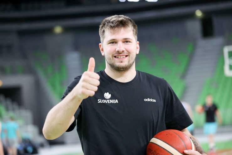 Slovenski športnik Luka Dončić je že zapustil Slovenijo, saj se mora svojemu klubu, s katerim je pred tedni podpisal milijonsko pogodbo, pridružiti na treningih. Liga NBA se z neuradnimi tekmami namreč prične že v prvi polovici oktobra.