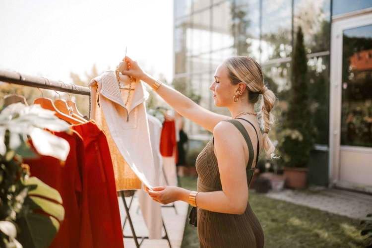 Simpatična Melani Mekicar se je pred dnevi preizkusila v nekoliko drugačni vlogi. Voditeljsko mesto je zamenjala za mesto modela, saj je skupaj z modnima navdušenkama Teso Jurjaševič in Jasno Vale pomagala predstaviti novo kolekcijo trajnostno naravnane mode modne hiše H&M.
