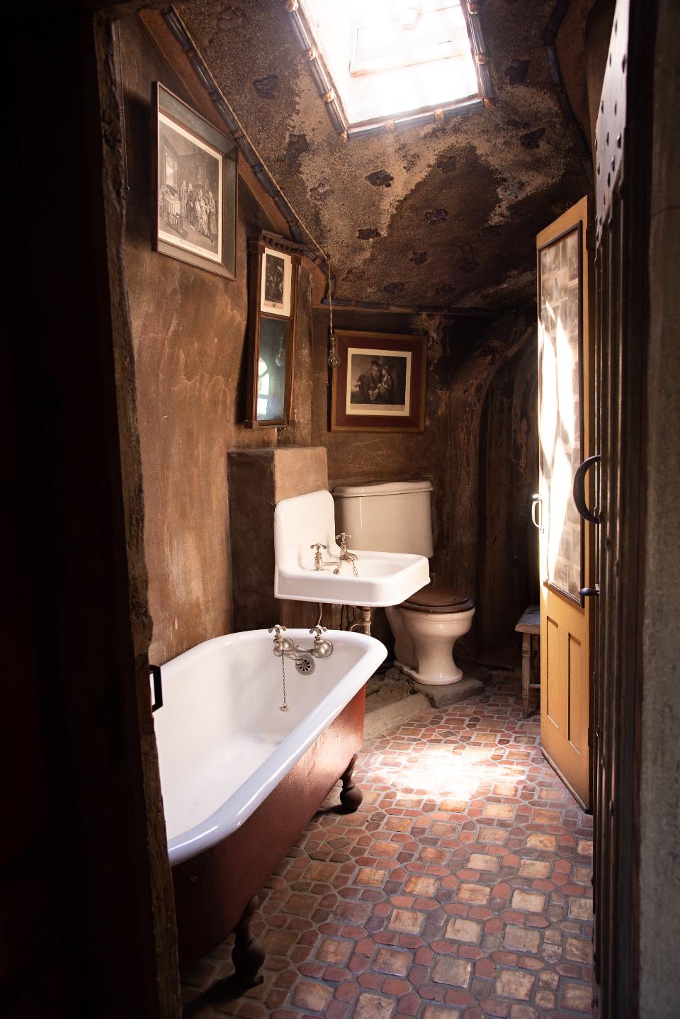Free Photo of antique, bathroom, house - StockSnap.io on Rustic:s9Dkpzirpk8= Farmhouse Bathroom  id=19514
