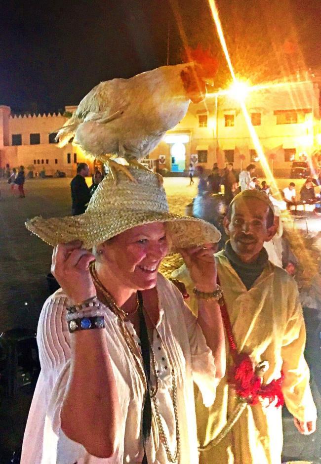 Kirstin Hoff peint des poules dans le cadre de son organisation caritative Chick4aCause et dit les voir où qu'elle aille. Il est donc normal qu'il y ait un poulet dans la tête du Maroc!