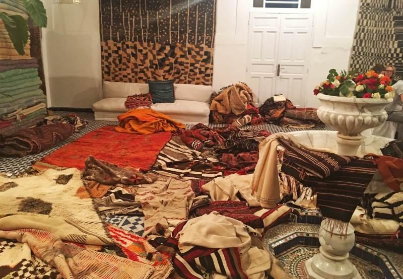 Paige dit que c'est le chaos qu'elle crée quand elle rend visite à ses marchands de tapis et fouille ses collections. C'est un mal nécessaire et il faut que quelqu'un le fasse!