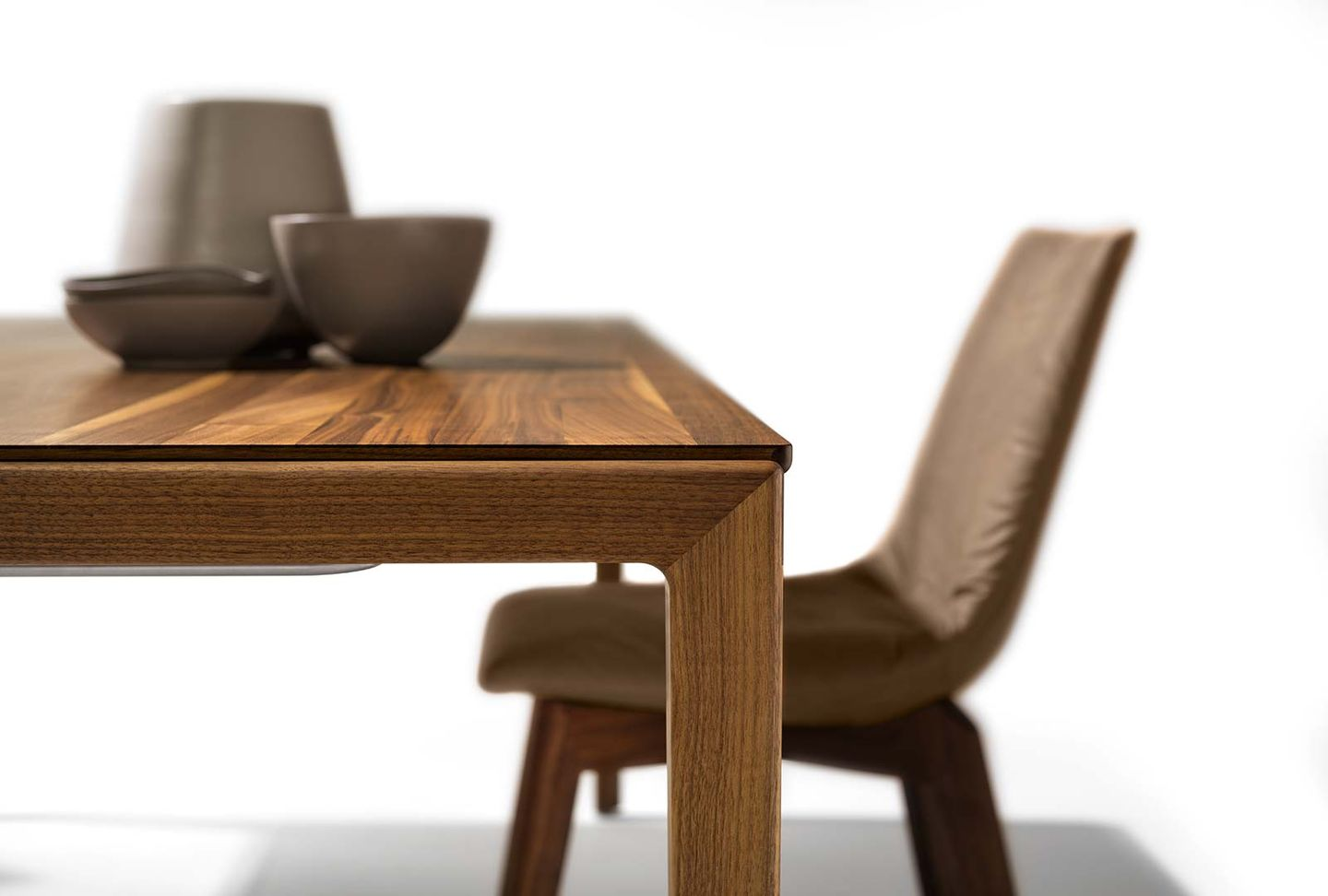 tak extendable table with wood leg