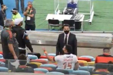 Deputado leva bronca de árbitro durante jogo do Flamengo no Maracanã