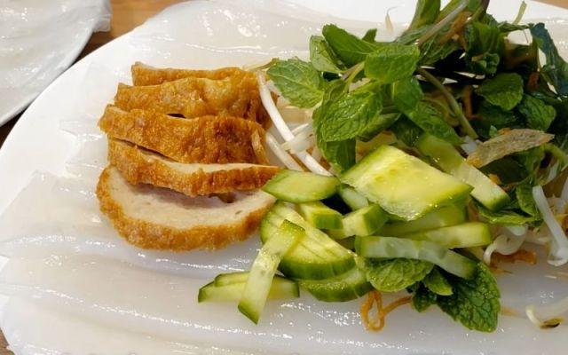 Món bánh ướt làm từ bánh tráng nóng mềm ăn kèm cùng chả lụa và rau sống ngon xuất sắc!