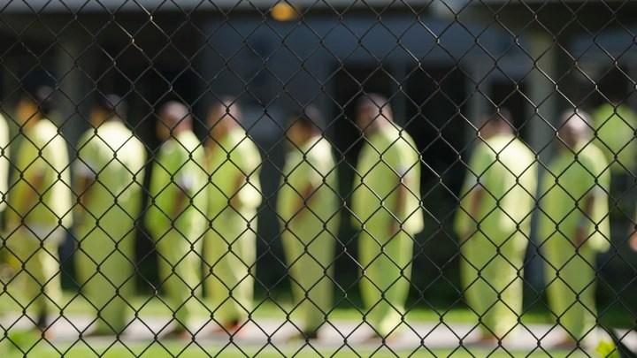 ذهب رجل لزيارة سجين فساله مدير السجن عن صلته فقال والد المسجون هو ابن والدي فمن يكون الزائر