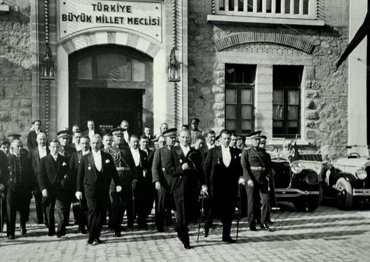 President Atatürk leaving the Grand National Assembly of Turkey in 1930. Credit: Dsmurat./Wikimedia