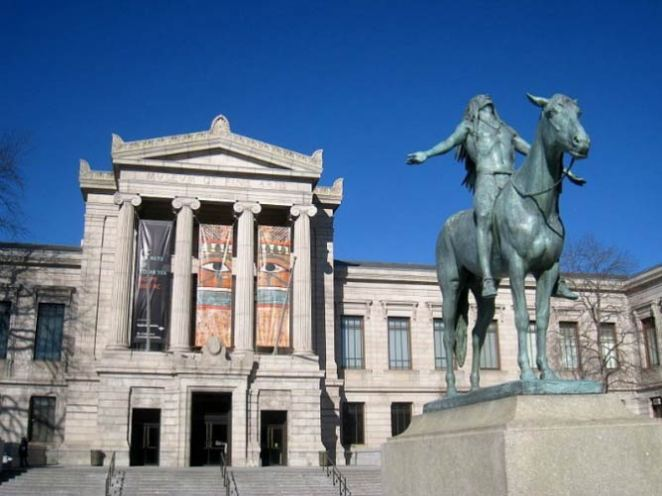 Appeal to the Great Spirit, outside of the Museum of Fine Arts, Boston, Massachusetts, USA. Sculptor Cyrus E. Dallin, 1909 | © WikiCommos
