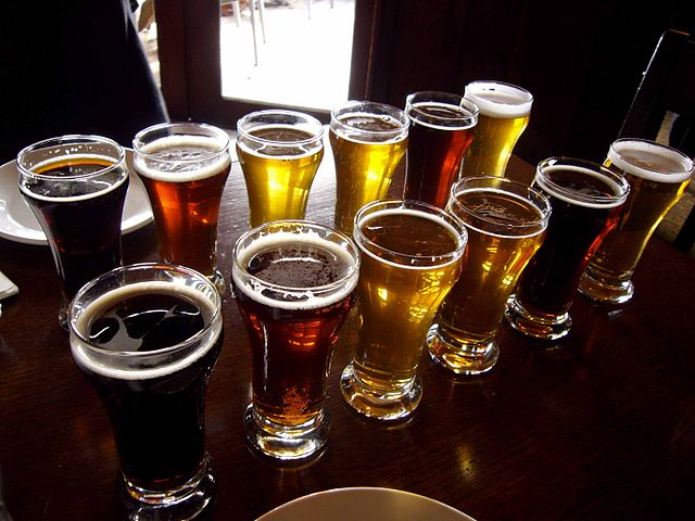 Sampling beers in style | © Paul Joseph/Flickr