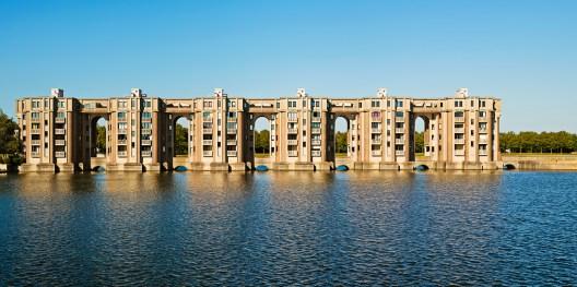 拱廊du Lac,聖Quentin-en-Yvelines,法國凡爾賽附近,1981年。GregoriCivera攝影:Ricardo Bofill Taller de Arquitectura,Ricardo Bofill,Gestalten,2019年