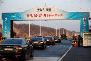 Vehicles transporting the South Korean delegation led by Cho Myoung-gyon, Minister of South Korean Unification Ministry, drive past a checkpoint on the Grand Unification Bridge that leads to the truce village of Panmunjom, just south of the demilitarized zone separating the two Koreans, in Paju, South Korea, January 9, 2018. Credit: Reuters/Kim Hong-Ji