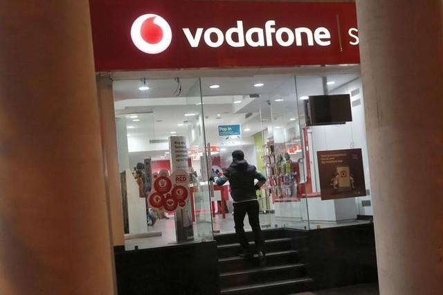 FILE PHOTO: A customer enters a Vodafone store in New Delhi, India December 29, 2015. Credit: Reuters/Adnan Abidi/File Photo