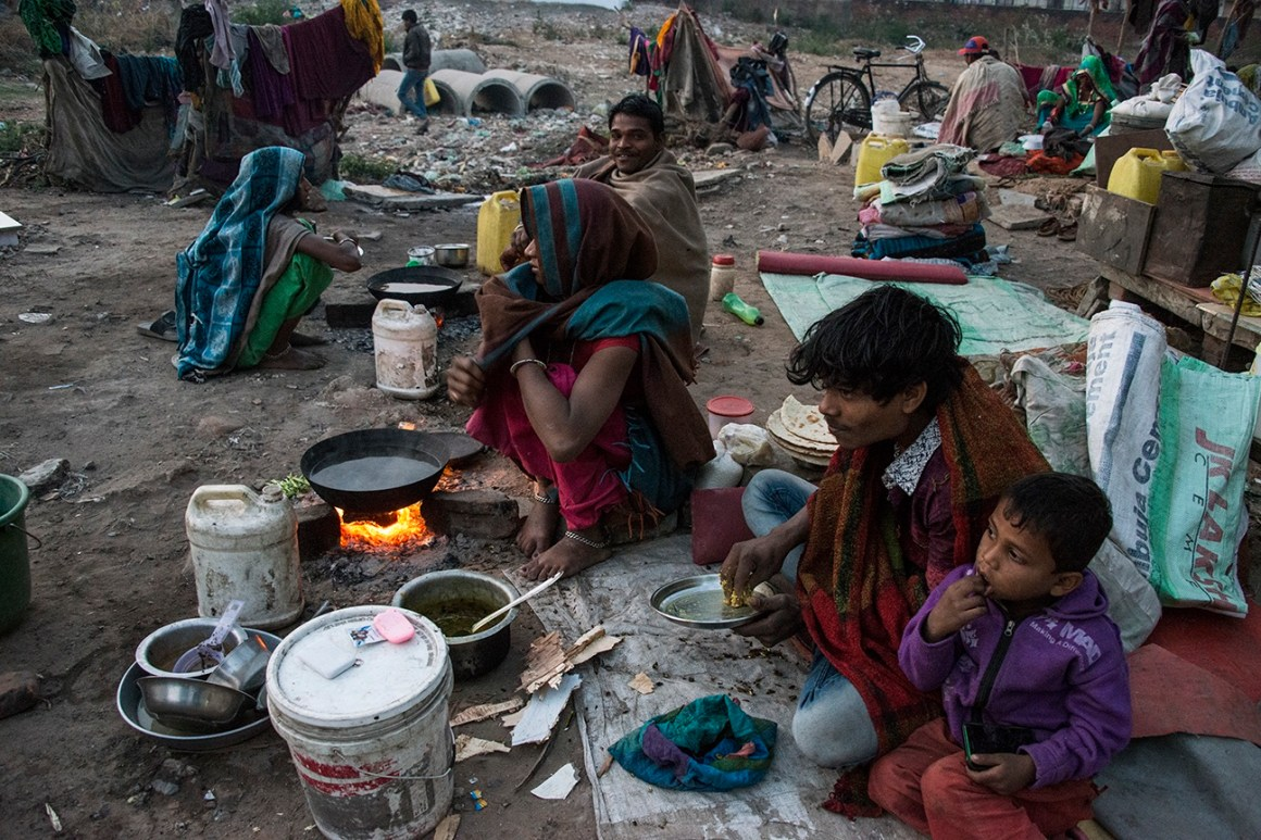 Families of migrant workers living in open spaces, Vasna, Ahmedabad. Credit: Tathya Makwan
