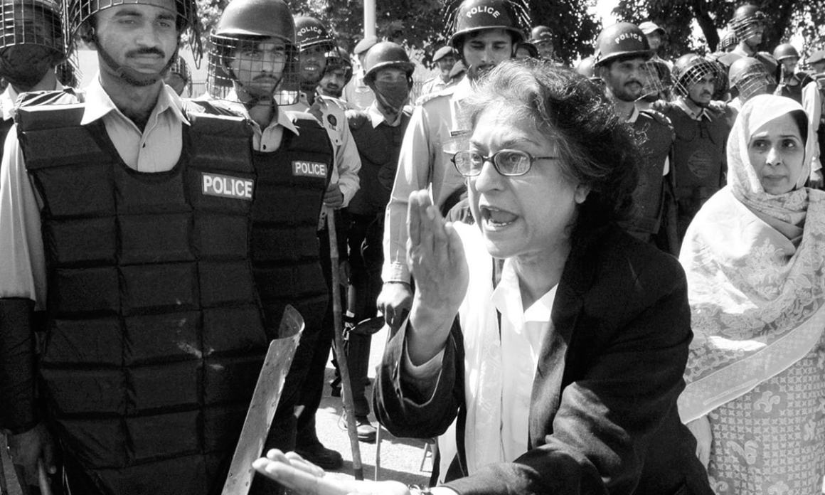 Asma Jahangir admonishes police personnel at a protest against the Election Commission of Pakistan in October 2007. Credit: Tanveer Shahzad, White Star