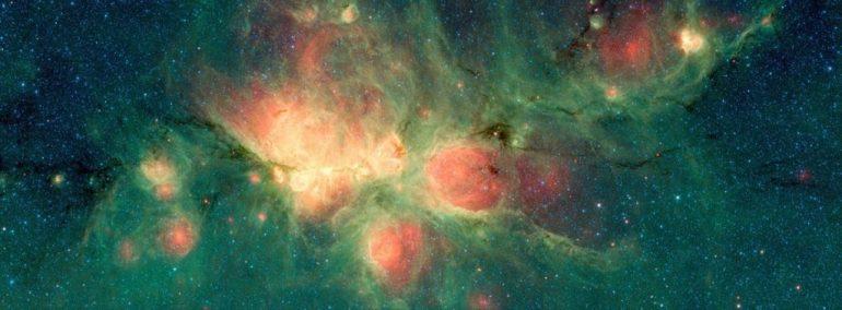 Der Katzentaschennebel, der hier vom Spitzer-Weltraumteleskop der NASA abgebildet ist, liegt in der Milchstraße und befindet sich im Sternbild Scorpius. Die Entfernung von der Erde wird auf 4.200 und 5.500 Lichtjahre geschätzt. Die grünen Bereiche zeigen Bereiche, in denen die Strahlung heißer Sterne mit großen Molekülen und kleinen Staubkörnern, so genannten polyzyklischen aromatischen Kohlenwasserstoffen, kollidierte, wodurch sie fluoreszierten. Bildunterschrift und Kredit: NASA / JPL-Caltech, Wikimedia Commons