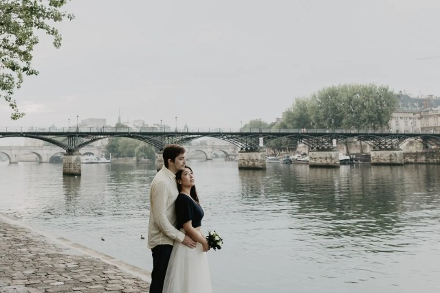 Couple photography Seine river Paris