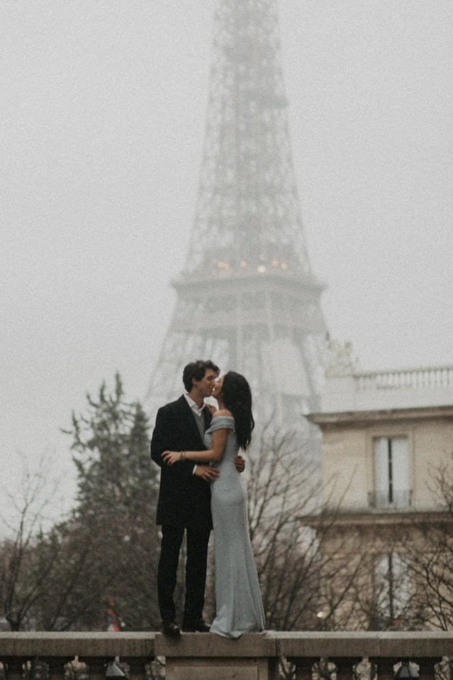 Winter couple session photography Paris Eiffel tower