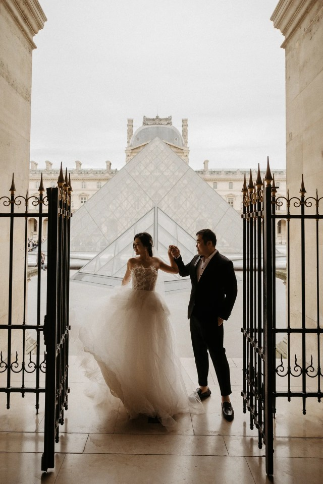 Paris wedding photographer Louvre museum