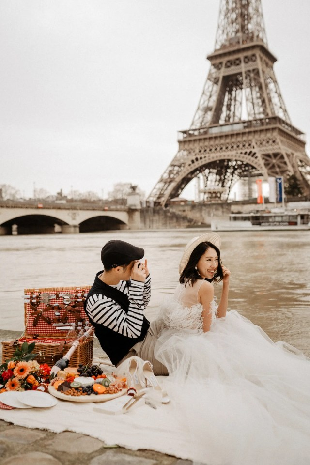 Picnic Wedding photo with Eiffel tower Paris