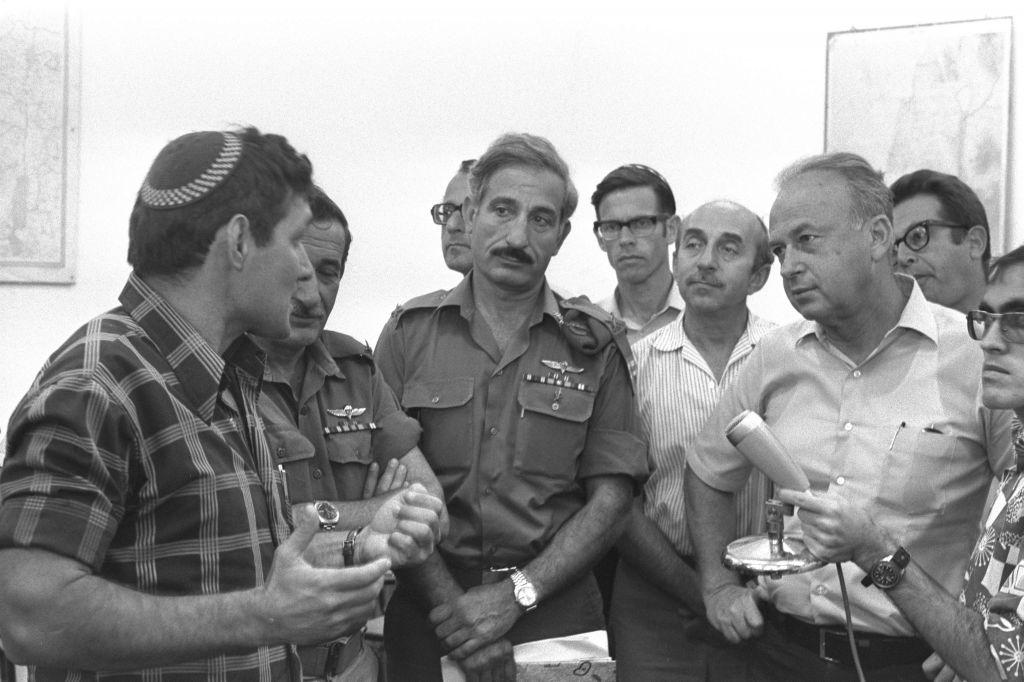 Hanan Porat, à gauche, avec le Premier ministre Yitzhak Rabin à Kfar Etzion, en septembre 1976. (Crédit : Moshe Milner/GPO)