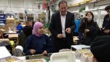 Le PDG de Sodastream Daniel Birnbaum entouré de ses employés israéliens et palestiniens, le 2 février 2014 (Crédit: Elhanan Miller/TOI)