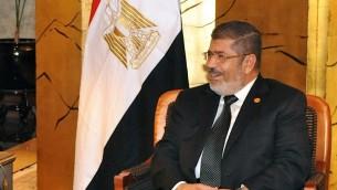 Le président égyptien déchu Mohamed Morsi, lors d'une rencontre avec le secrétaire d'Etat américain John Kerry, en mai 2013. (Crédit : département d'Etat américain/domaine public/Wikimedia Commons)